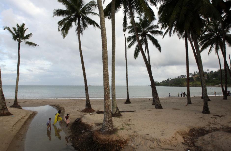 Indische Touristen auf einer Insel im Süden der Andamanen. Auf einer Insel der Inselgruppe lebt eines der letzten sogenannten unkontaktierten Völker ohne Bezug zur Außenwelt.