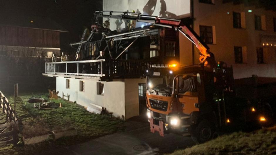 Das Feuer war in einem Nebenraum des Kellergeschosses ausgebrochen und hatte sich entlang der südlich angebauten Holzterrasse auf die Fassade ausgebreitet.