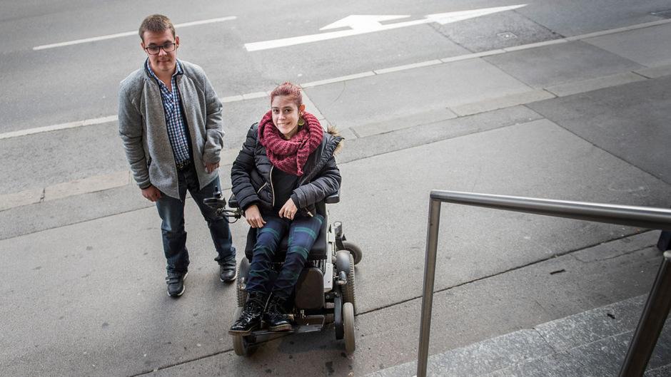 Bis hierher und nicht weiter: Marcel und Laura haben nicht überall Zugang. Hindernisse gibt es viele und nicht nur bauliche, wie in diesem Fall ein Stiegenaufgang ohne Rampe.