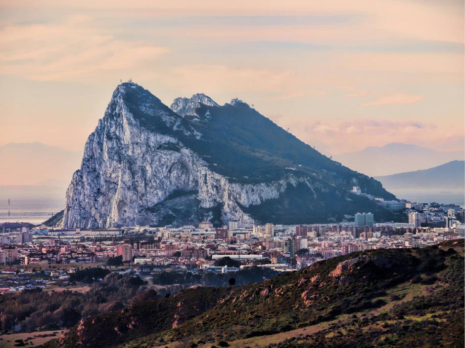 Spanien erhebt Anspruch auf die 6,7 Quadratmeter große Felsen-Halbinsel, die seit 1713 formell unter britischer Herrschaft steht und seit 1830 Kronkolonie ist.