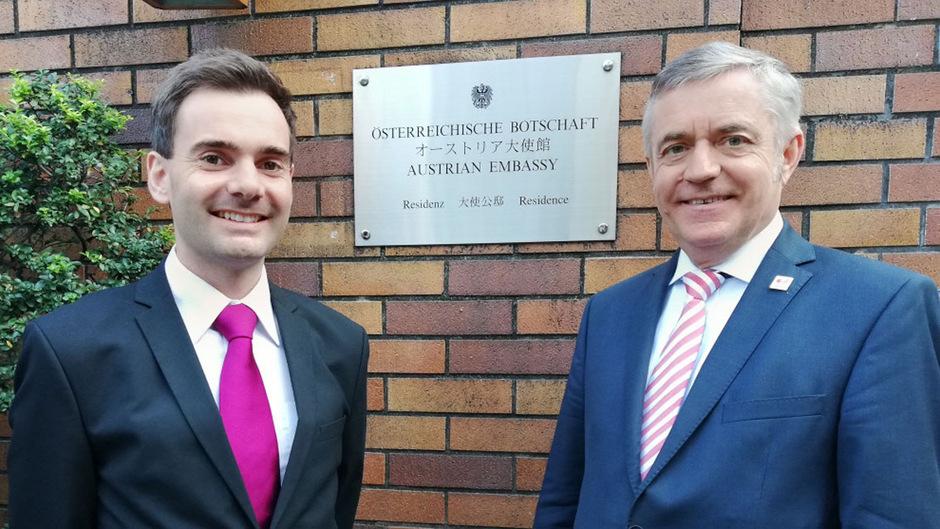 Praktikant Thomas Hornstein (l.) mit dem österreichischen Botschafter in Japan, Hubert Heiss aus Faggen.