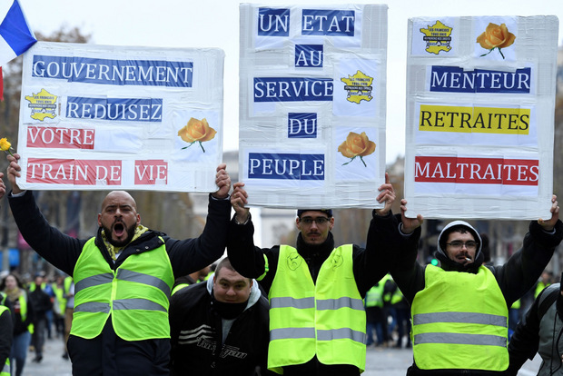 Bis zu 5000 Menschen demonstrierten auf Prachtstraße in Paris.