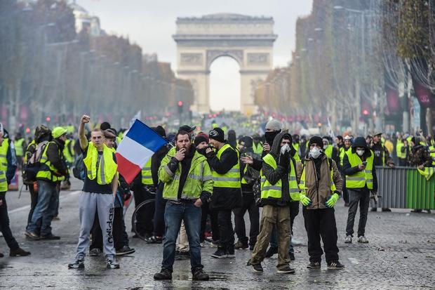 """Seit einer Woche protestieren die """"Gelbwesten"""" gegen die Reformpolitik von Macron."""
