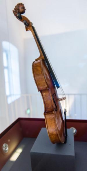 Diese Stainer-Geige aus dem Jahr 1678 befindet sich im Gemeindemuseum Absam. Ihre Besonderheit ist ein etwas kürzerer Korpus und eine dritte Schallöffnung unter dem Griffbrett.