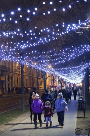 Am Abend sorgt die schneeweiße Beleuchtung für Weihnachtsstimmung.