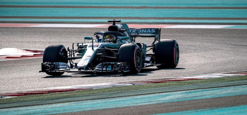 Weltmeister Lewis Hamilton zeigte mit neuem Streckenrekord in Abu Dhabi auf.