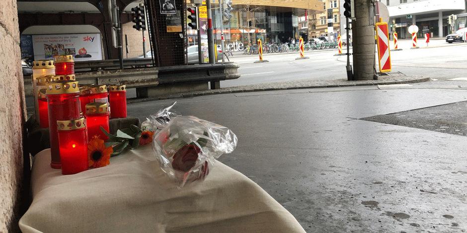 Trauernde haben Kerzen und Blumen am Tatort niedergelegt.