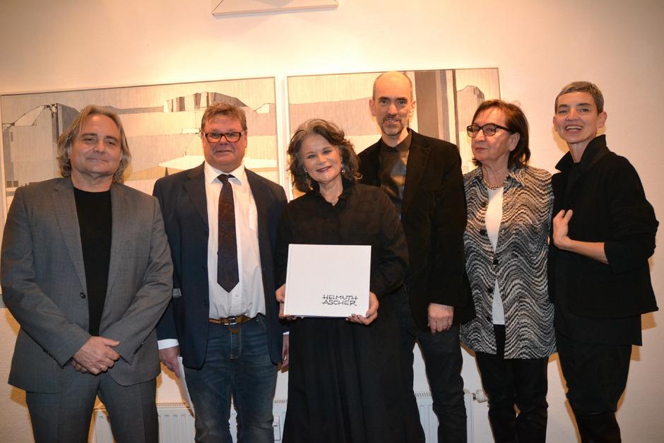 Günther Moschig, Museumsobmann Markus Steinbacher, BM Hedi Wechner, Christoph, Margit und Judith Ascher (v.l.) mit dem neuen Buch.