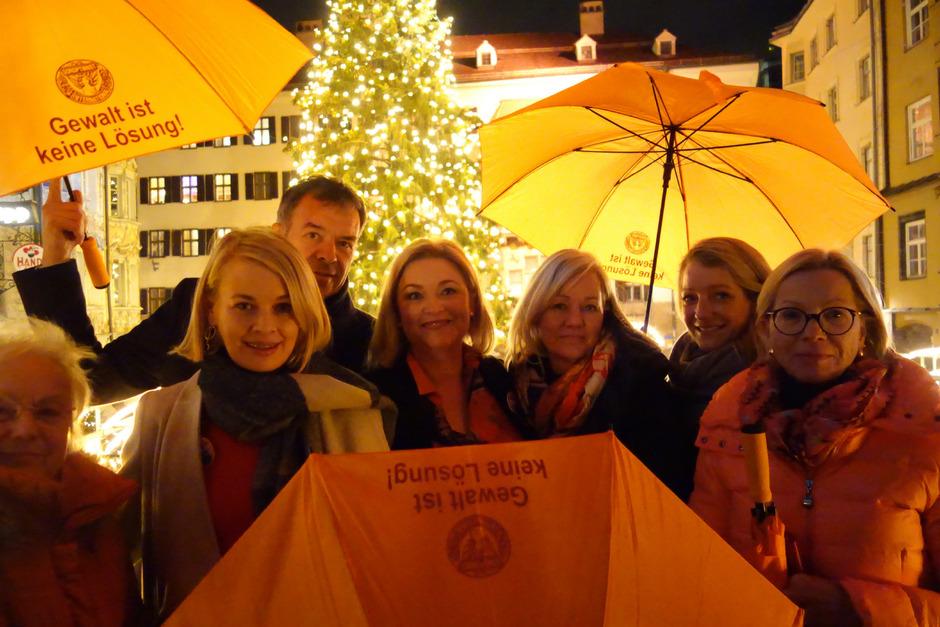 """tR Elisabeth Mayr (l.), BM Georg Willi, die Vertreterinnen des Soroptimist International Club Innsbruck und Andrea Laske vom Gewaltschutzzentrum Tirol (2.v.r.) präsentierten die Kampagne """"Orange The World""""."""