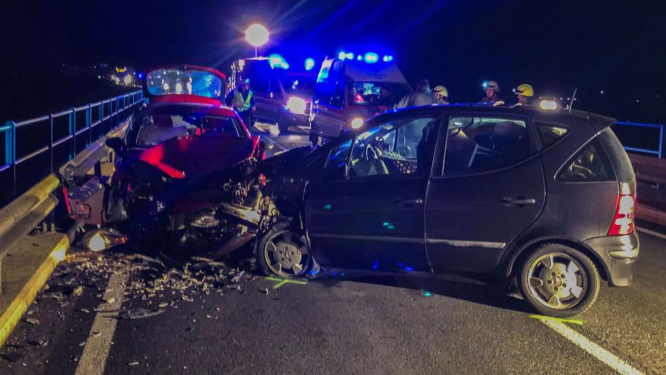 Die beiden Autos wurden bei der Kollision schwer beschädigt.