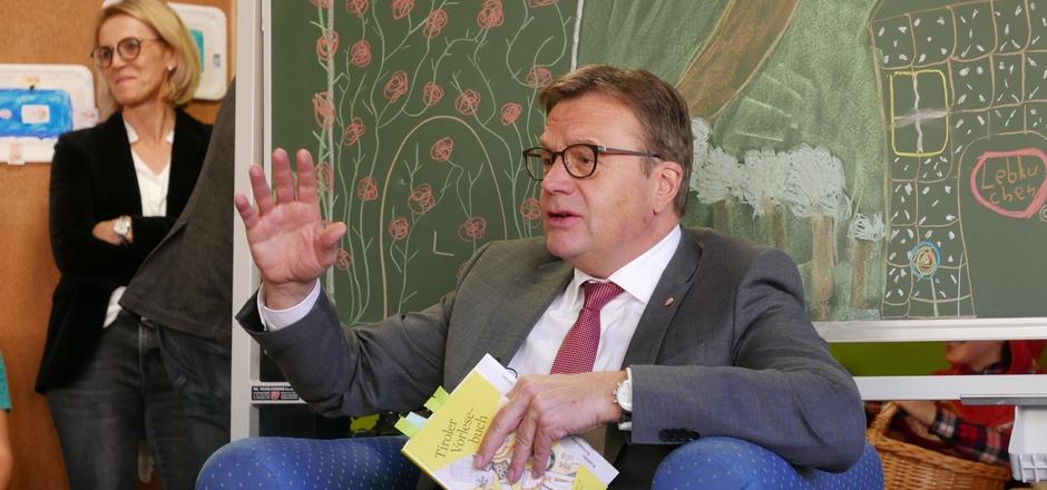 Landeshauptmann Günther Platter war zu Gast, um aus dem Tiroler Vorlesebuch vorzutragen.