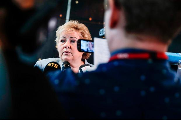 Norwegens Ministerpräsidentin Erna Solberg beantwortet Fragen von Journalisten zum Fall Ludvigsen.