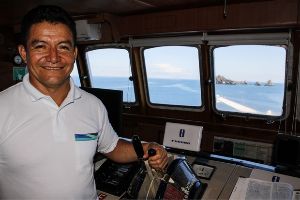 "Kapitän Gonzalo Cifuentes steuert die ""Galapagos Legend""."