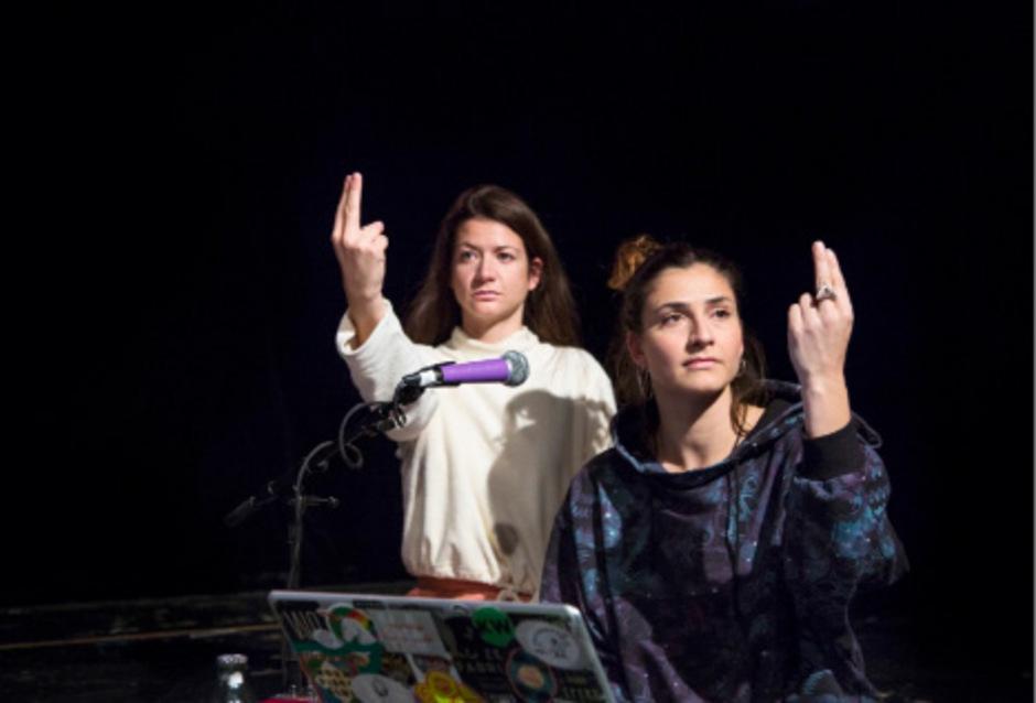 """Schauspielerin Julia Rosa Peer (l.) zeichnet in """"Ejaculation"""" ihre Recherchen nach. Musikerin Sarah Kivi verantwortet das Sounddesign."""