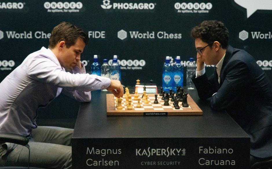 Herausforderer Fabiano Caruana (r.) verlangte Weltmeister Magnus Carlsen alles ab.