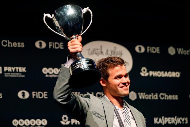 Der WM-Pokal wanderte wieder in die Hände von Carlsen.