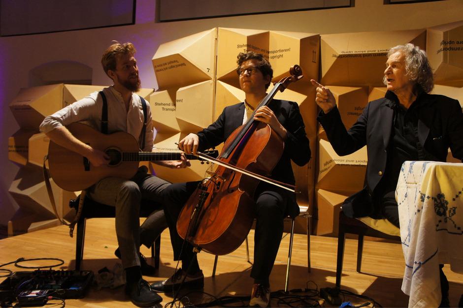 """Dynamisches Trio: """"Sain Mus"""" an Gitarre und Cello mit Schauspieler Erich Schleyer."""