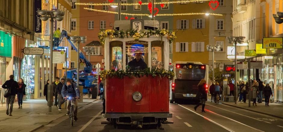 Die Christkindlbahn fährt durch die Innenstadt.