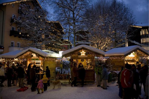 Mit Ende November öffnet der gemütliche Weihnachtsmarkt im Blockhausstil in Seefeld wieder seine Pforten.