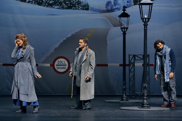 """Drinnen herrscht in """"La Bohème"""" auch Eiseskälte, und trotz heißer Liebe trennen sich die kranke Mimi (Lada Kyssy) und ihr Dichter (Matteo Desole)."""