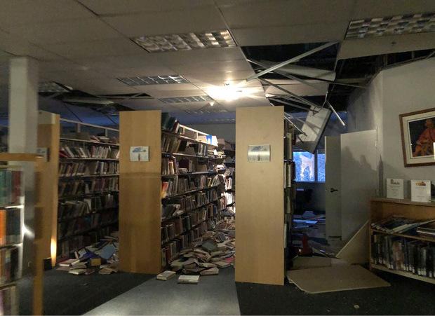 In der Bücherei eines Colleges in Anchorage fielen Bücher aus den Regalen, Teile der Decke stürzten zu Boden.