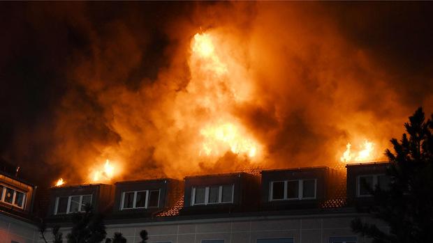 Flammen schlugen aus dem Dachstuhl des Altersheims.