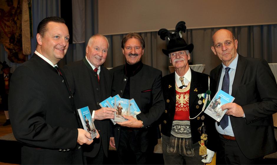 Bataillonskdt. Karl-Josef Schubert, Autor Peter Hörhager, BM Hans Lintner, Co-Autor Hannes Filzer, Landeskdt. Fritz Tiefenthaler (v.l.).
