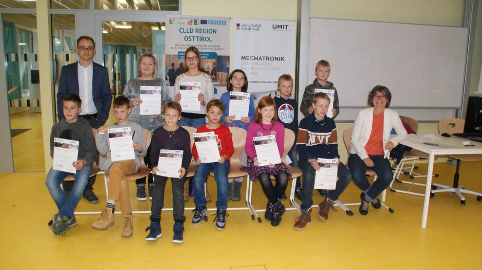 Sylvia Prock (r.) gratulierte den Kindern im Namen der Universität.