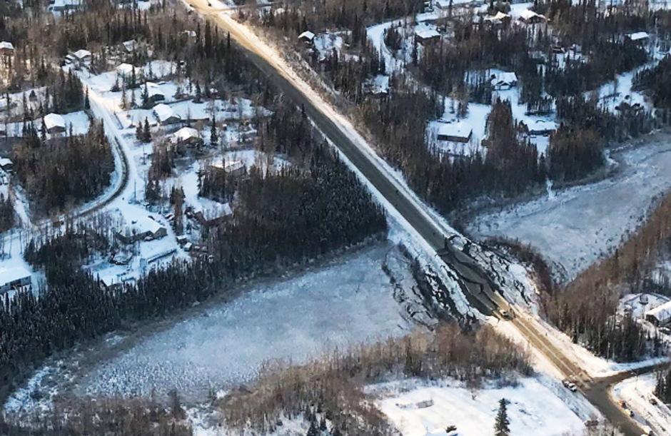 Ein Erdbeben der Stärke 7,0 und mehr als 200 Nachbeben haben am Freitag und Samstag schwere Schäden im Süden Alaskas hinterlassen.