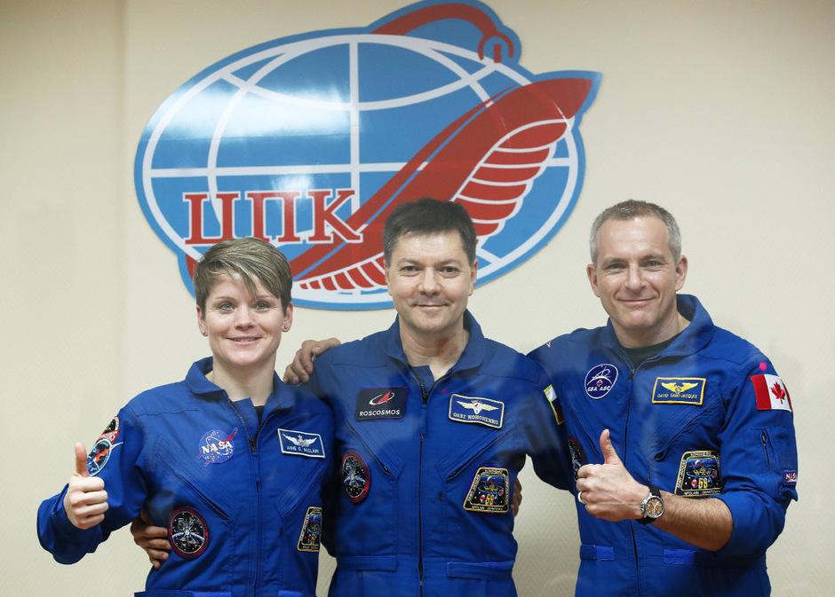 Anne McClain (USA), Oleg Kononenko (Russland) und David Saint-Jacques (Kanada) bei der Abschiedspressekonferenz in Kasachstan.