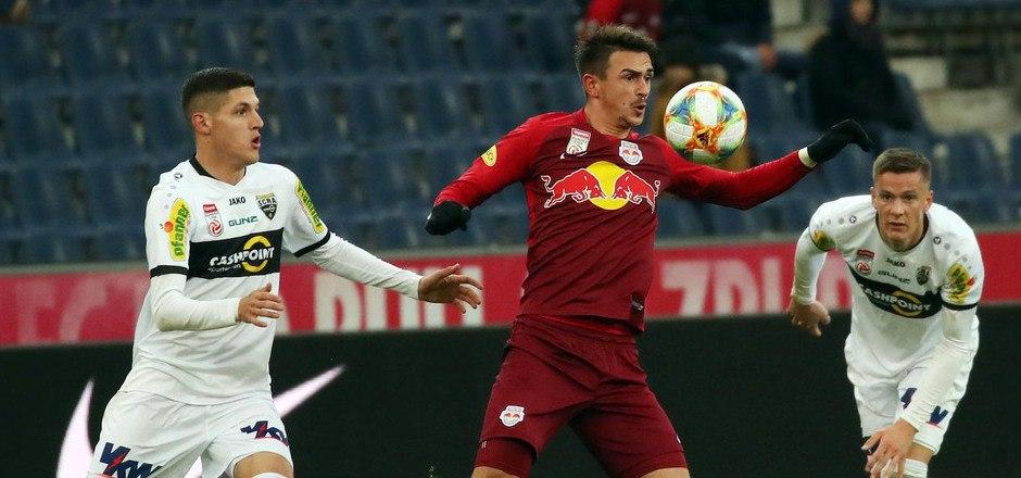 Smail Prevljak (Salzburg/ Mitte) setzt sich gegen die Altacher Emir Karic (l.) und Felix Luckeneder durch.