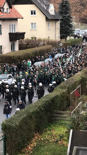 Die Polizei hatte alles unter Kontrolle und führte die geschätzten 500 Anhänger über das Bierstindl ins Stadion.