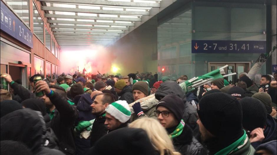 Nach der Ankunft am Innsbrucker Hauptbahnhof wurden Fangesänge angestimmt sowie bengalisches Feuer und Rauchbomben von den Rapid-Fans gezündet.