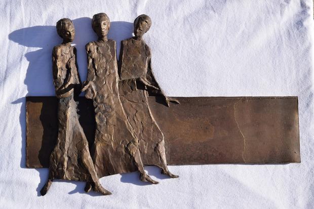 Das Emmaus-Motiv, ein Metall-Relief, stammt von Siegfried Krismer.