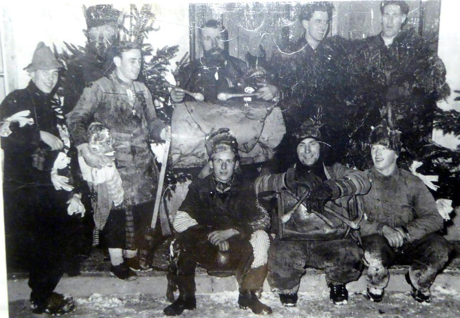 """Der Mariasteiner Josef Sandbichler (Mitte hinten an der Trommel) lernte den heute 92-jährigen Kundler Josef Achleitner Anfang der 1930er-Jahre in die bereits damals alte Tradition des """"Peaschtlns"""" ein."""