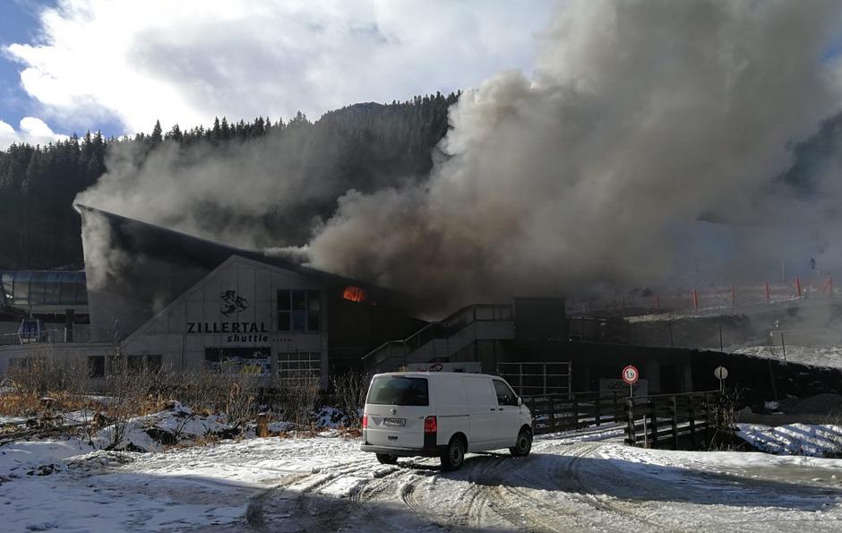"""In der Talstation der Seilbahn """"Zillertal-Shuttle"""" brach am Montagvormittag der Brand aus."""