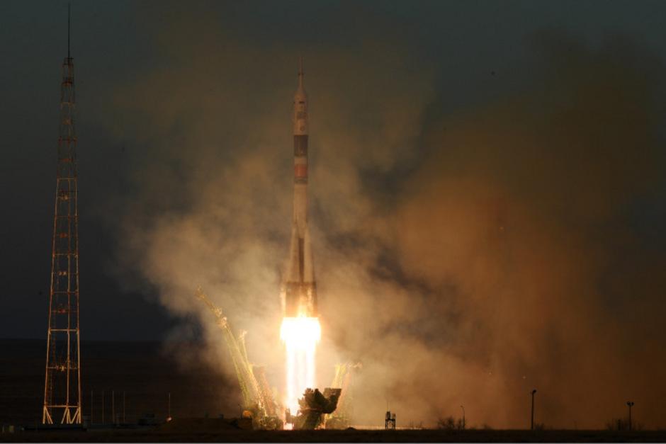 Die Rakete mit der US-Astronautin Anne McClain, dem Russen Oleg Kononenko und dem Kanadier David Saint-Jacques startete am Montag planmäßig vom russischen Weltraumbahnhof Baikonur.