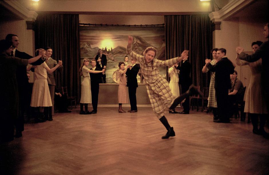 Alba August als Astrid Lindgren, die bereits als Jugendliche mit Fantasie und Furchtlosigkeit Aufsehen erregte.