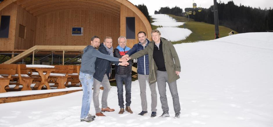 Rund um die neue Bühne bei der Enzianhütte wird es sich heuer abspielen: Hüttenbetreiber Robert Rackwitz, Armin Kuen, Toni Niederwieser, BM Walter Astner und Bernhard Pletzenauer (v.l.) freuen sich schon.