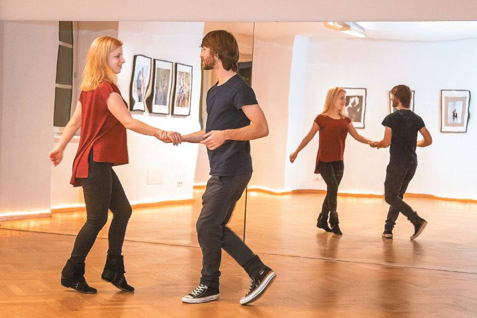 Locker und lässig schwingen Stella-Maria Schletterer und Freund Christopher Piffel ihre Tanzbeine. Stöckelschuhe und enge Kleider sind beim West Coast Swing nicht üblich.