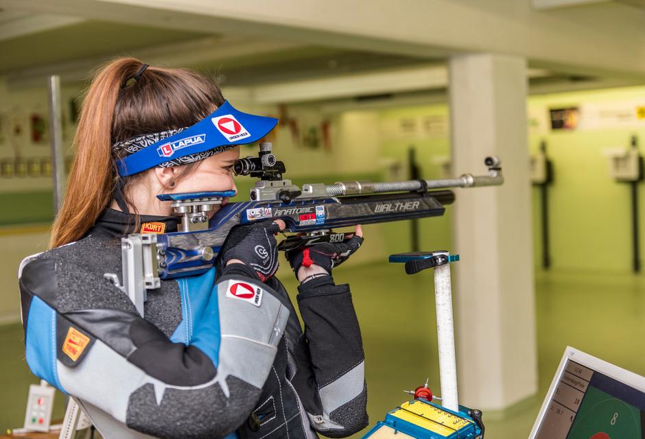 Die Heeressportlerin trainiert mit dem Luftdruckgewehr und auch mit dem Kleinkaliber in Absam.