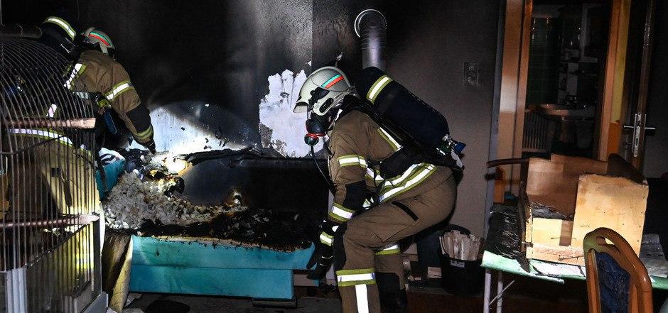 Mitglieder der Freiwilligen Feuerwehr Zirl führten Temperaturmessungen durch und durchlüfteten die Wohnung.