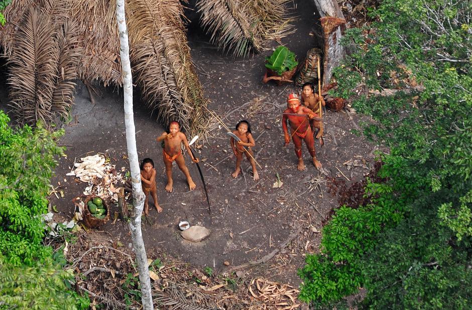 2008 entdeckte FUNAI nahe Peru einen unkontaktieren Stamm, der vermutlich auf der Flucht vor Holzfällern war.
