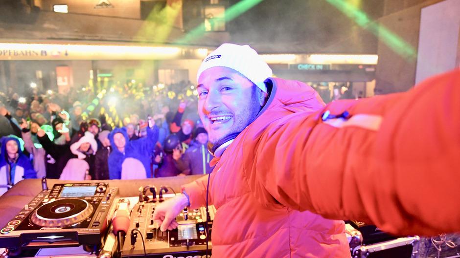 DJ Eric Dessloch heizt beim Ski-Opening in Serfaus-Fiss-Ladis ein.