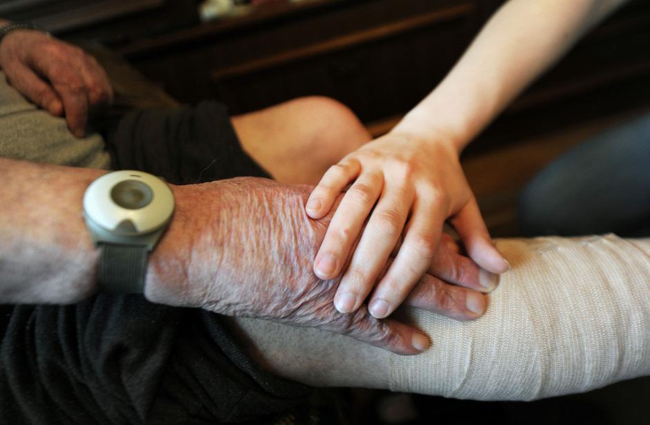 Die Regierung will das Pflegegeld in den oberen Stufen erhöhen. Sozialorganisationen wollen mehr und fordern eine generelle Erhöhung.