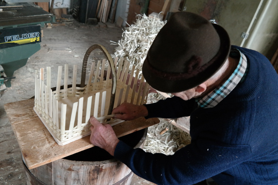 Unzählige Stunden verbringt Herbert Knapp vom Weerberg in seiner Werkstatt. Dort geht er seiner Leidenschaft nach – dem Korbflechten.