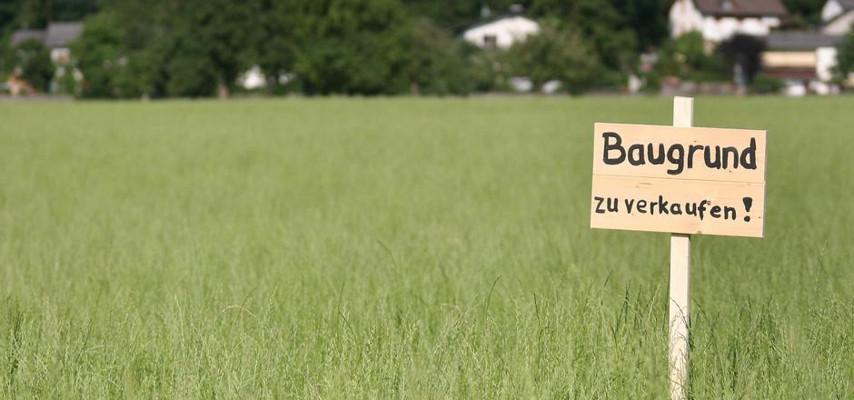 Die Grundstückspreise explodieren, das Land will jetzt zumindest in einigen Bereichen die Spekulation mit Immobilien beschränken.
