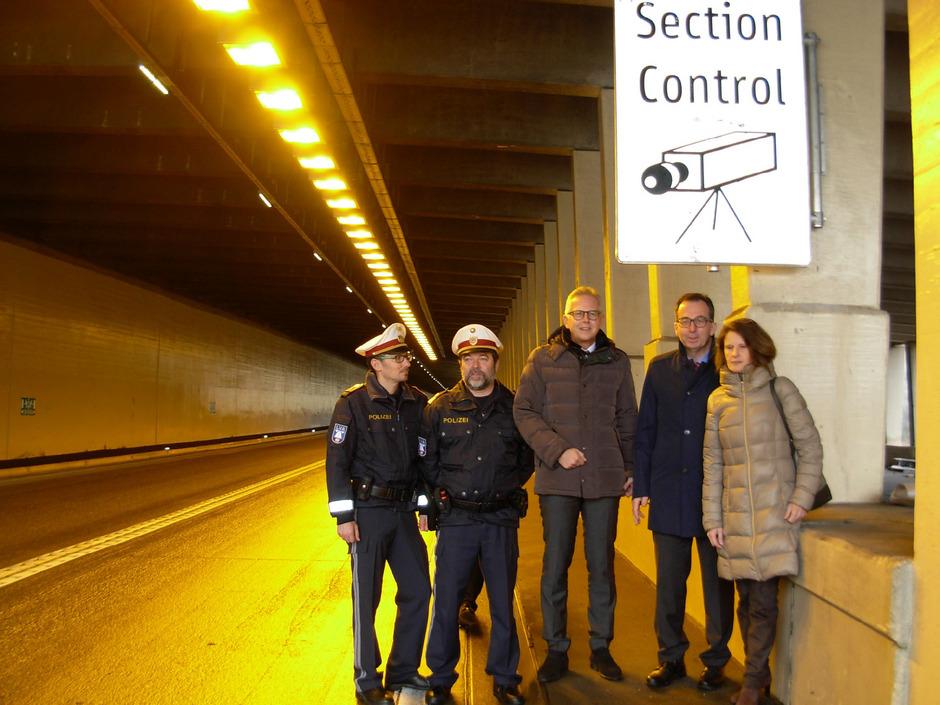 Die Section-Control-Anlage im Arlbergtunnel ist seit heute Donnerstag in Betrieb. Enrico Gabl, Rudolf Salzgeber, Bernhard Knapp, Stefan Siegele und Brigitte Huter (v.l.) erläuterten die Funktionsweise.