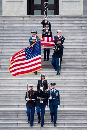 Die sterblichen Überreste werden vom Kapitol zur Nationalen Kathedrale in Washington getragen.