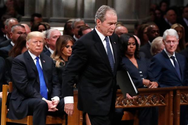 Präsident Trump nahm an der Trauerfeier teil, ebenso wie alle noch lebenden Ex-Präsidenten und ihre Ehefrauen.